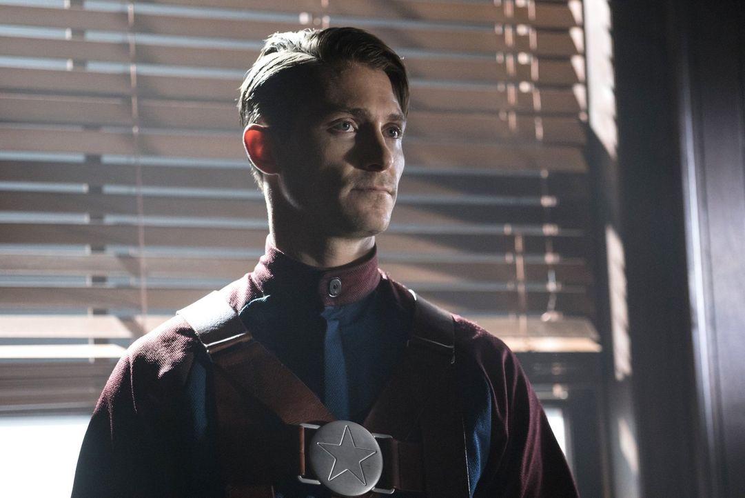 Commander Steel (Matthew MacCaull) ist mehr als verwundert, als einer seiner Gefangenen ihm klarmachen will, dass er ihn besser kennt, als alle dach... - Bildquelle: Warner Brothers