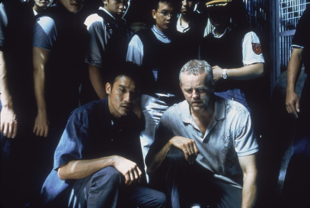 Schwierige Zusammenarbeit: FBI-Agent (David Morse, r.) und der taiwanesische Cop Huo-Tu (Tony Leung Ka Fai, l.) ... - Bildquelle: 2004 Sony Pictures Television International. All Rights Reserved.