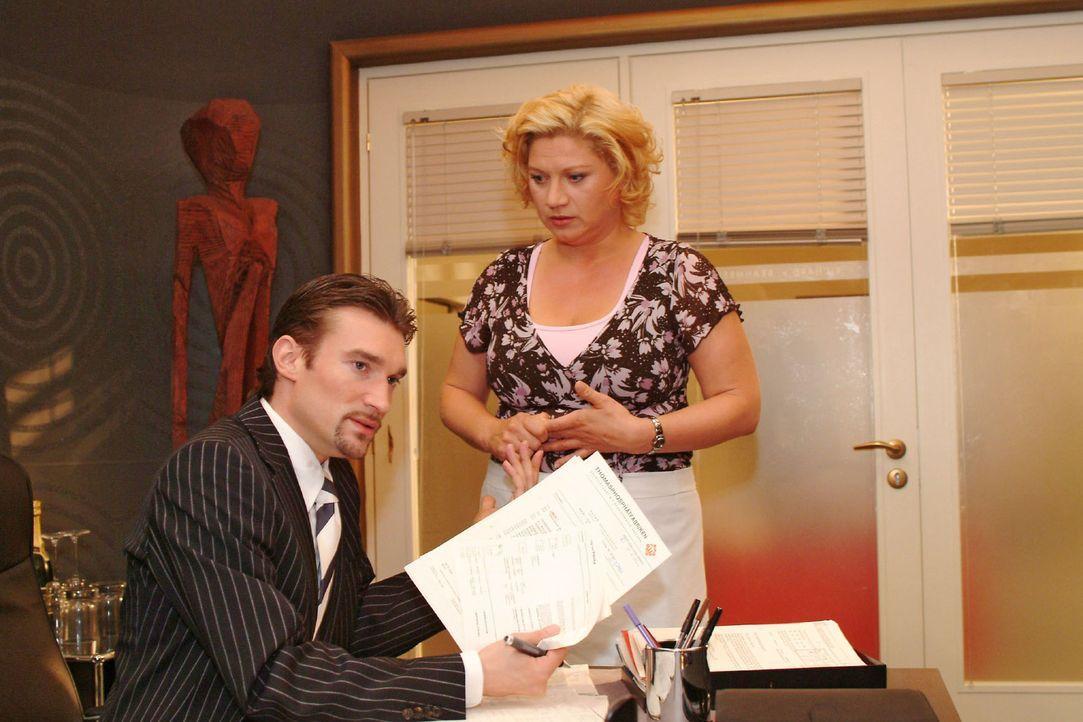 Vergeblich versucht die verzweifelte Agnes (Susanne Szell, r.) Richard (Karim Köster, l.) davon zu überzeugen, ihren Job nicht auf eine Halbtagsstel... - Bildquelle: Monika Schürle Sat.1