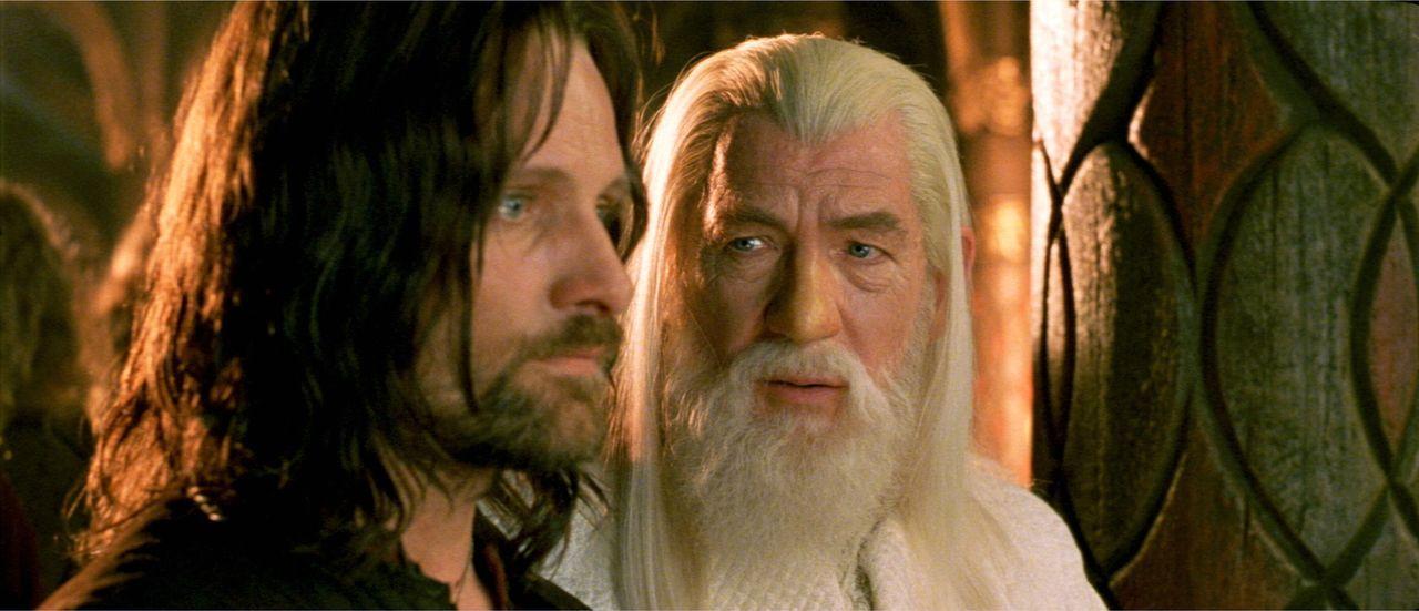 Das Fortbestehen der Menschheit ist ungewiss: Aragorn (Viggo Mortensen, l.) und Gandalf (Ian McKellen, r.) versuchen alles, was in ihrer Macht steht... - Bildquelle: Warner Bros.