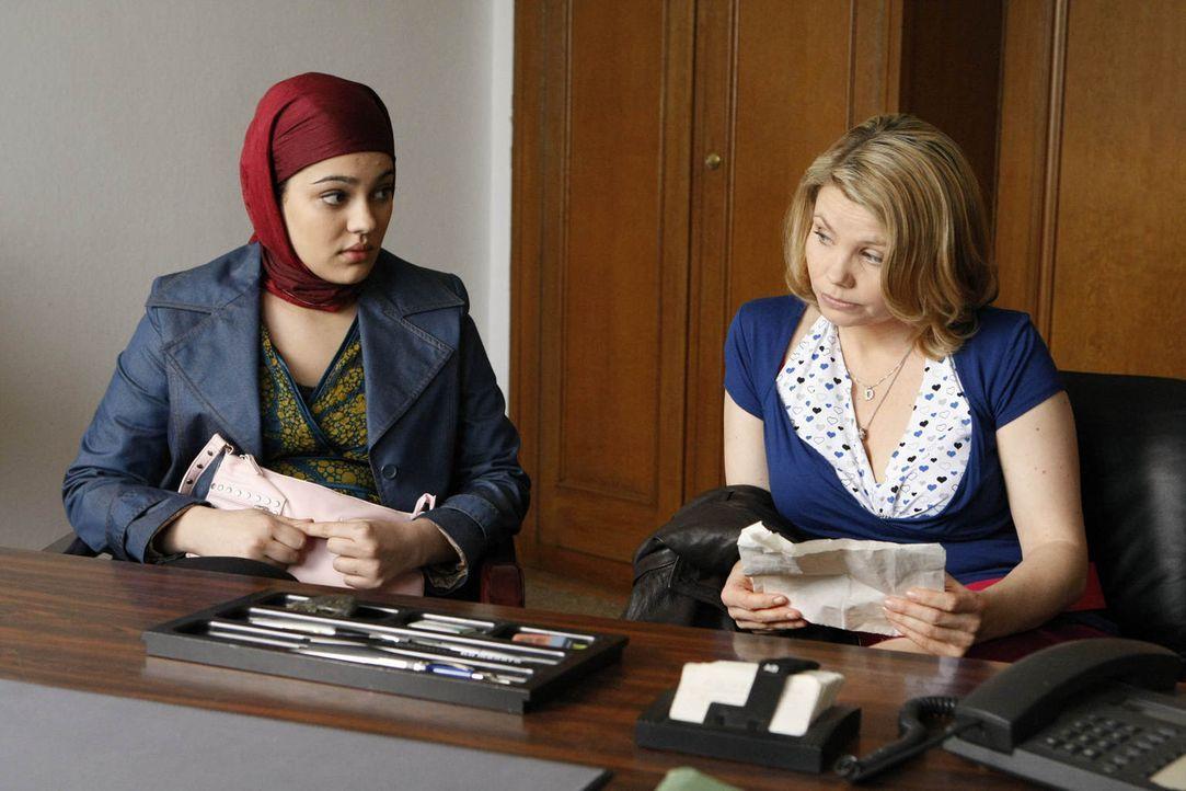 Ein heikler Fall: Die sechzehnjährige Türkin Zeynep (Nilam Farooq, l.) bittet Danni (Annette Frier, r.) um Hilfe, weil ihre Eltern sie in die Türkei... - Bildquelle: Frank Dicks SAT.1