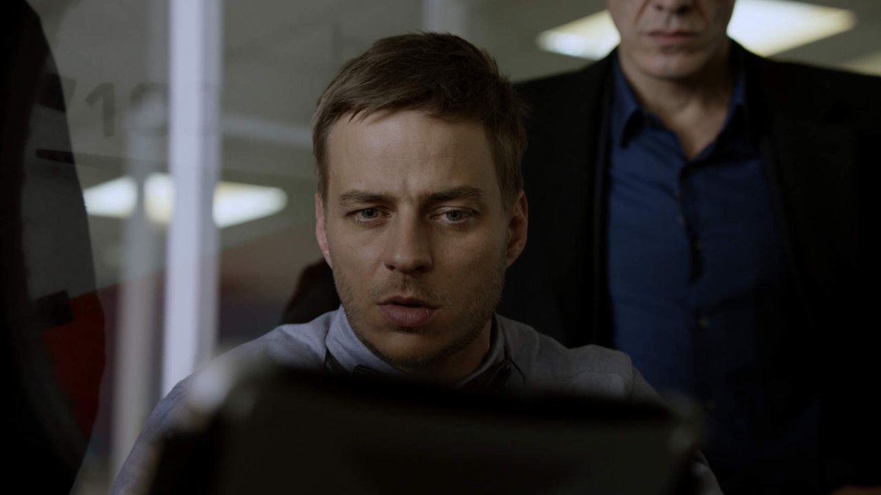 Sebastian (Tom Wlaschiha) ahnt nicht, dass die italienische Polizei einem Geheimnis auf der Spur ist, das seine Karriere ruinieren könnte ... - Bildquelle: 2013 Tandem Productions GmbH, TF1 Production SAS. All rights reserved
