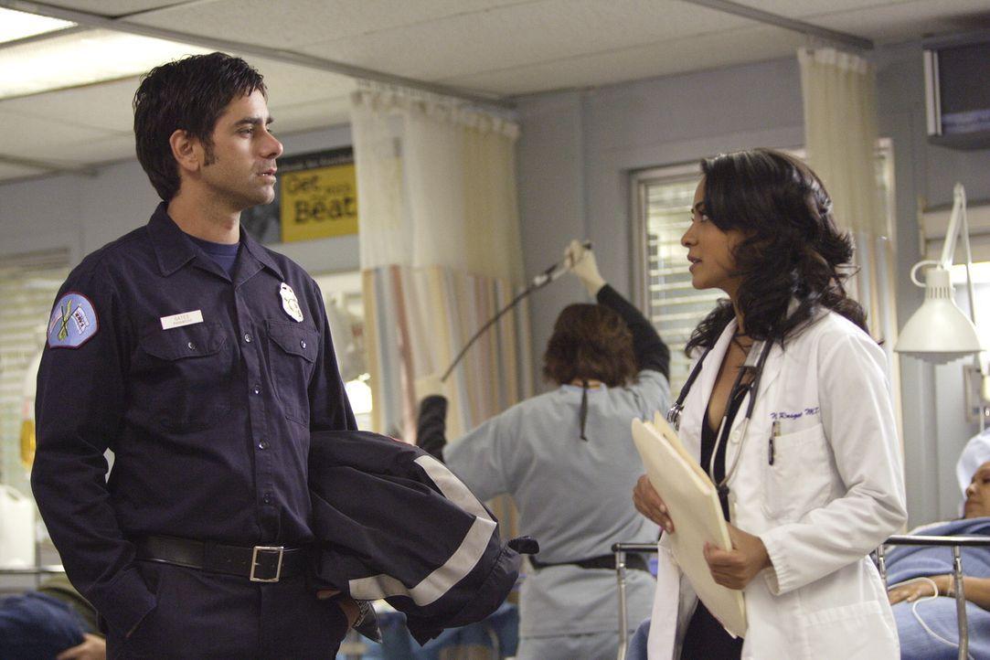 Finden sich sympathisch: Officer Tony Gates (John Stamos, l.) und Neela (Parminder Nagra, r.) ... - Bildquelle: Warner Bros. Television