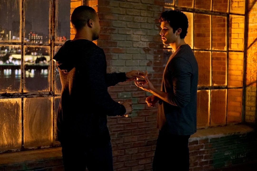 Josh (Steven Krueger, r.) weiht Marcel (Charles Michael Davis, l.) in Davinas gefährliche Pläne ein ... - Bildquelle: Warner Bros. Entertainment, Inc.