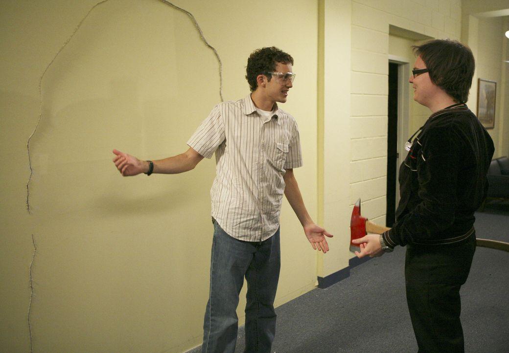 Während Ashleigh und Casey zum ersten Mal den gleichen Typen gut finden, versuchen sich Dale (Clark Duke, r.) und Rusty (Jacob Zachar, l.) an den Tü... - Bildquelle: 2008 ABC Family