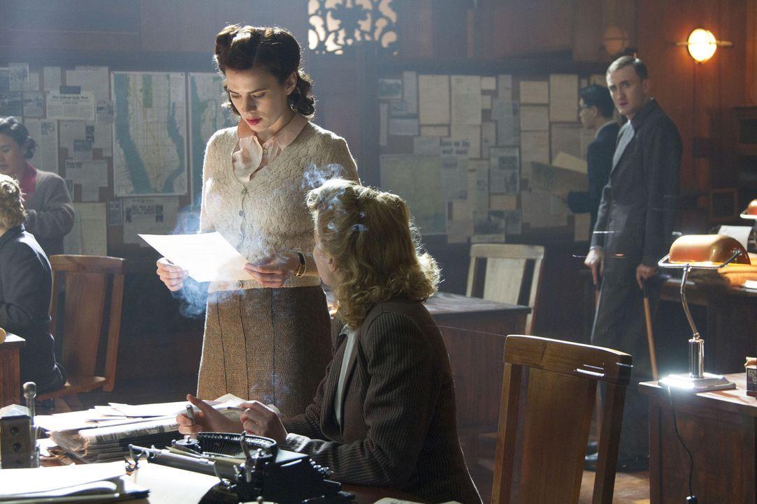 Wäre es möglich, dass Sylvia (Thekla Reuter, r.) oder einer ihrer Kollegen Eva (Hayley Atwell, l.) enttarnt hat? - Bildquelle: TM &   2012 BBC
