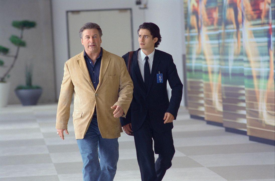 Jener Schuh, den er acht Jahre lang für Mercury entwarf, wird zurückgerufen - was seine Firma und seinen Boss Phil DeVoss (Alec Baldwin, l.) satte 9... - Bildquelle: Paramount Pictures