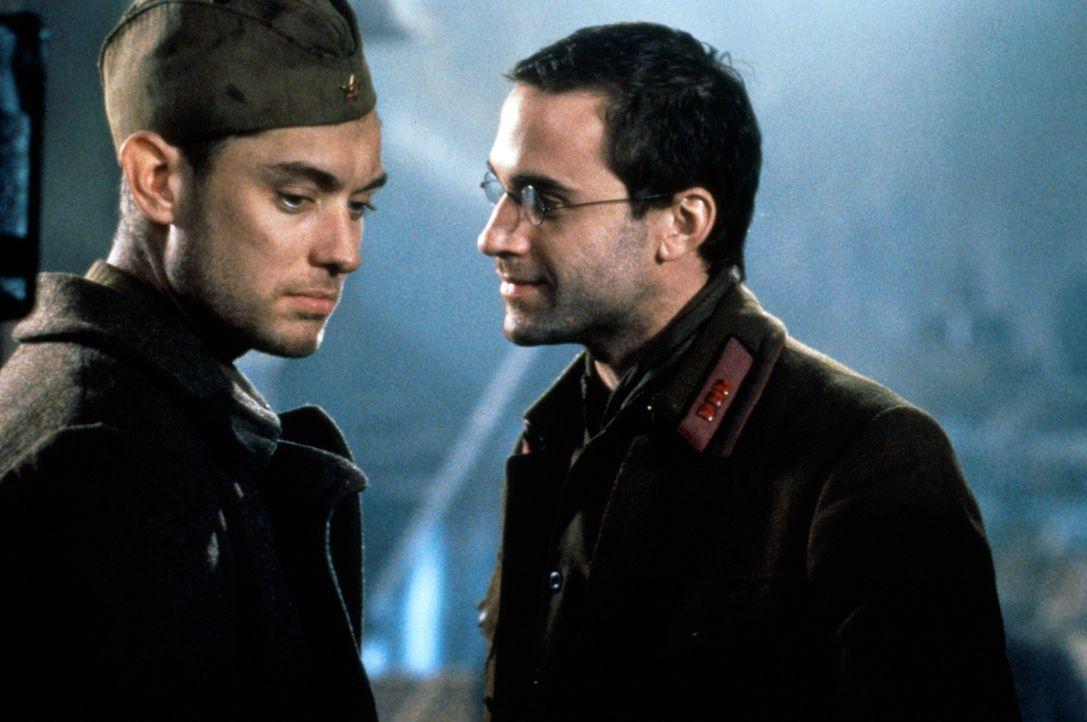 """Als Polit-Offizier Danilov (Joseph Fiennes, r.) sich jedoch in dieselbe Frau wie sein """"Schützling"""" Vassili Zaitsev (Jude Law, l.) verliebt, kommt es... - Bildquelle: 2000 MP Film Mgmt. DOS Prods."""