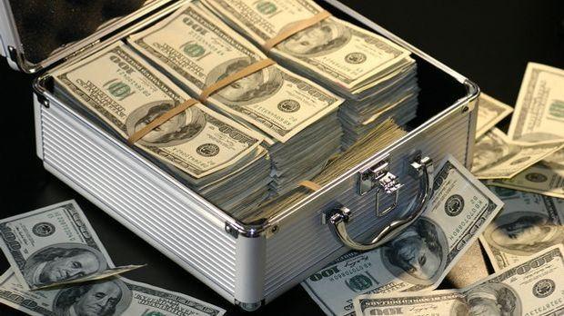 Geldkoffer mit Dollarscheinen