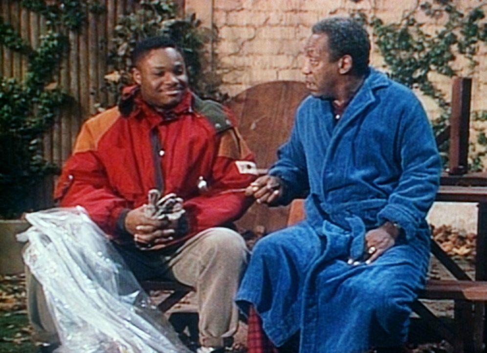 Cliff (Bill Cosby, r.) hat seinen Sohn Theo (Malcolm-Jamal Warner, l.) dabei erwischt, wie er einen Sack Erde aus seinem Garten entwenden wollte. - Bildquelle: Viacom