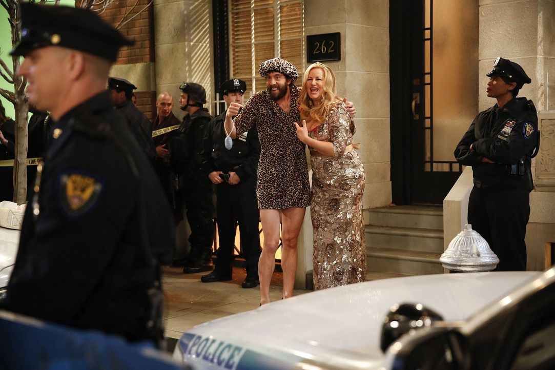 Versuchen, die Situation zu klären: Oleg (Jonathan Kite, l.) und Sophie (Jennifer Coolidge, r.) ... - Bildquelle: Warner Bros. Television