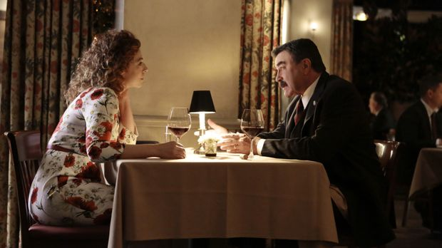 Sloane Thompson (Alex Kingston, l.) versucht, Frank (Tom Selleck, r.) auszuqu...