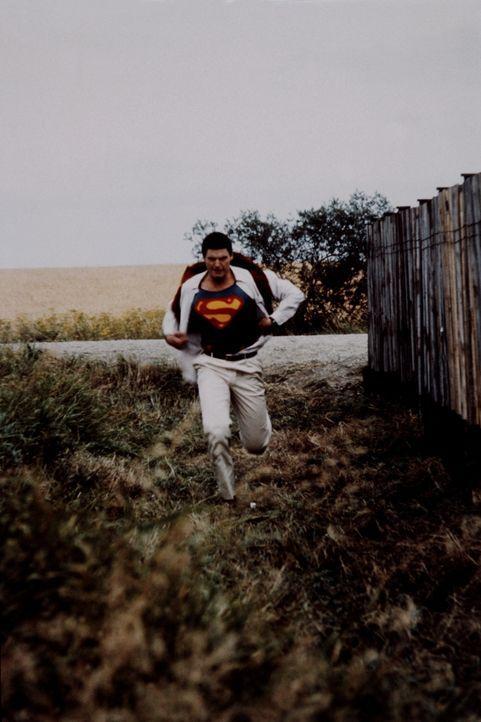 Durch synthetisches Kryptonit wird Superman (Christopher Reeve) zu einem missmutigen und gehässigen Zeitgenossen ... - Bildquelle: Warner Bros.