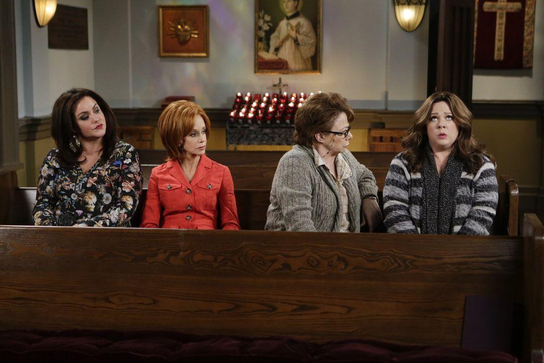 Um Molly (Melissa McCarthy, r.) den Glauben daran zurückzugeben, dass die Adoptionsagentur ihr und Mike ein Kind überlässt, schleift Peggy (Rondi Re... - Bildquelle: Warner Brothers