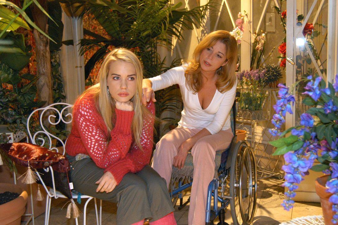 Kim (Lara-Isabelle Rentinck, l.) ist frustriert und Laura (Olivia Pascal, r.) kann ihr nicht helfen. - Bildquelle: Monika Schürle Sat.1
