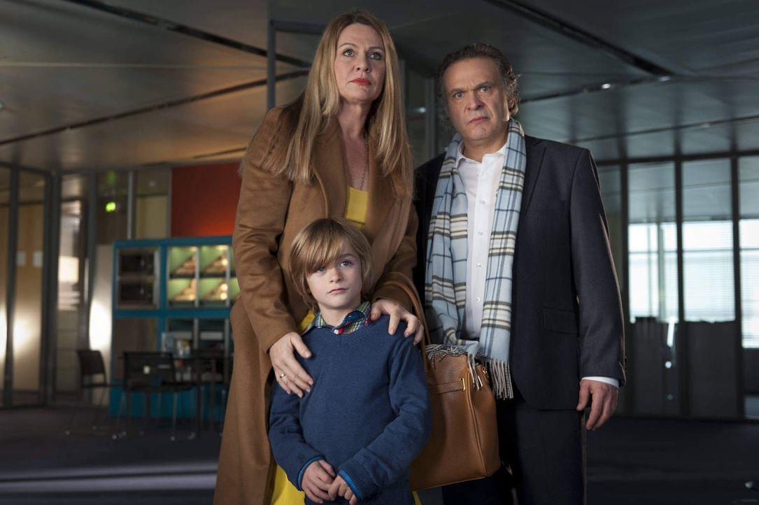 Sind keineswegs die perfekte Familie, die sie der Öffentlichkeit präsentieren: Prof. Dr. Hagen Schumann (Jockel Tschiersch, r.), seine Gattin Eva (D... - Bildquelle: Martin Rottenkolber SAT.1