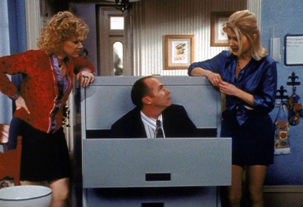 Hilda (Caroline Rhea, l.) und Zelda (Beth Broderick, r.) steht die Überprüfung ihrer Zauberkräfte bevor. Sie befragen ihren Zauberverwalter Marty... - Bildquelle: Paramount Pictures