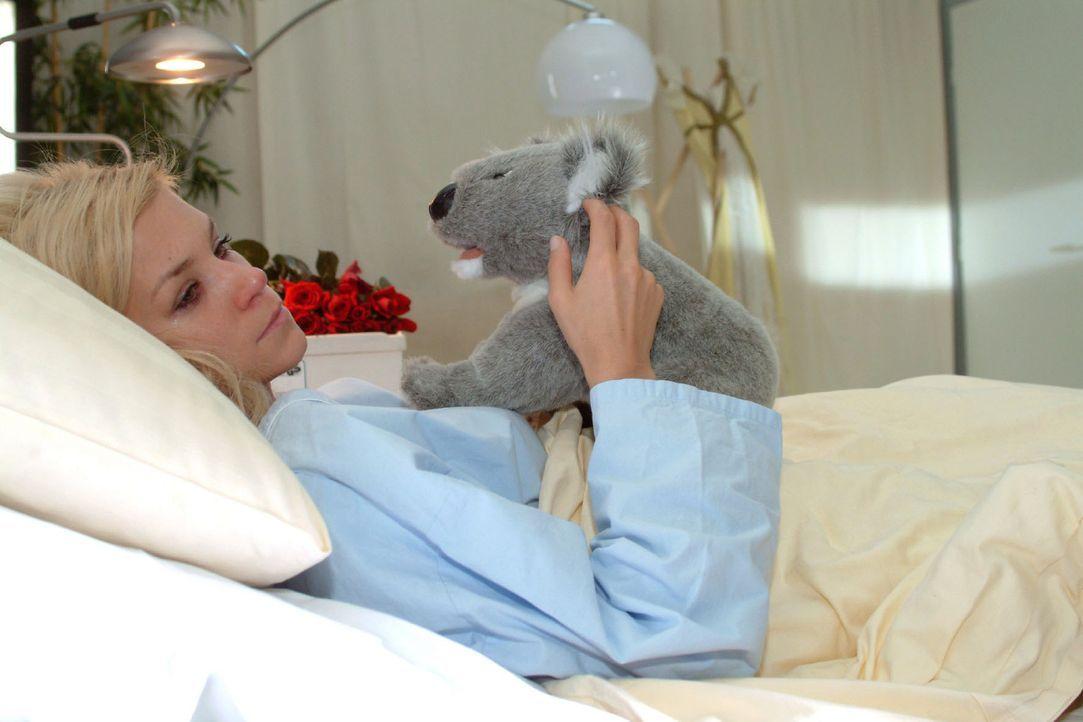 Sabrina (Nina Friedrike-Gnädig) leidet sehr darunter, dass sie ihr Kind verloren hat und fühlt sich allein gelassen.