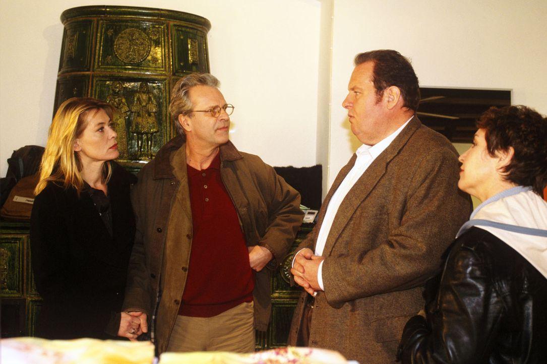 Isabella (Barbara Rudnik, l.) bestätigt Benno (Ottfried Fischer, 2.v.r.) und Sabrina (Katerina Jacob, r.) das frühere Verhältnis mit Brandtner und g... - Bildquelle: Magdalena Mate Sat.1