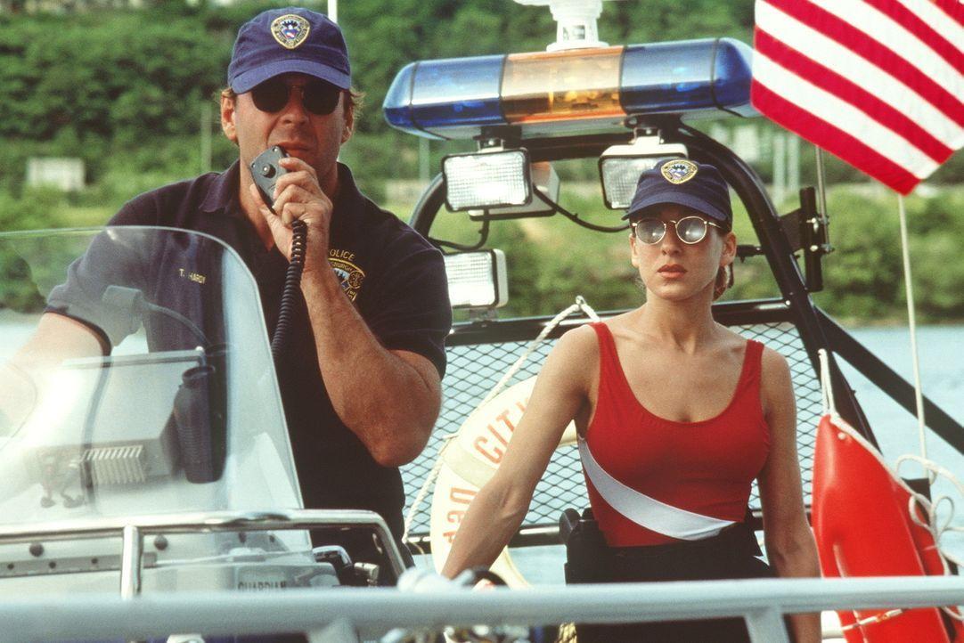 Auf der Spur eines dunklen Geheimnisses: Wasserschutzpolizist Tom Hardy (Bruce Willis, l.) und seine Kollegin Jo (Sarah Jessica Parker, r.) ... - Bildquelle: Columbia Pictures