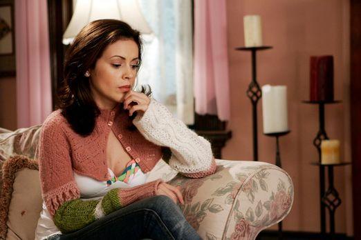 Charmed - Zauberhafte Hexen - Phoebe (Alyssa Milano) steht vor einer schwieri...