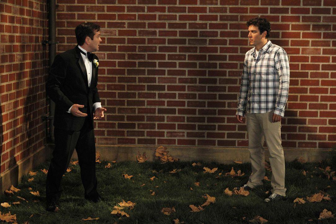 Ted (Josh Radnor, r.) erinnert sich daran, wie er Victoria dazu gezwungen hat, ihrem damaligen Verlobten Klaus (Thomas Lennon, l.) eine Nachricht zu... - Bildquelle: 20th Century Fox International Television