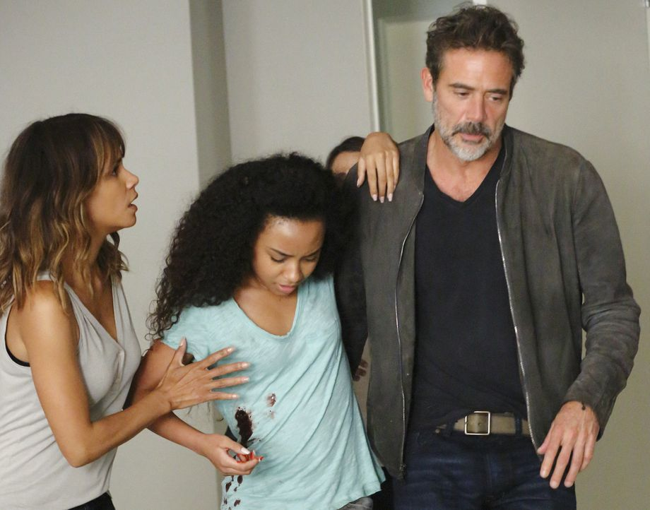 Während Terra (Genneya Walton, M.) um ihr Leben kämpft, entwerfen JD (Jeffrey Dean Morgan, r.) und Molly (Halle Berry, l.) einen Plan, um die künstl... - Bildquelle: Robert Voets 2015 CBS Broadcasting Inc. All Rights Reserved.