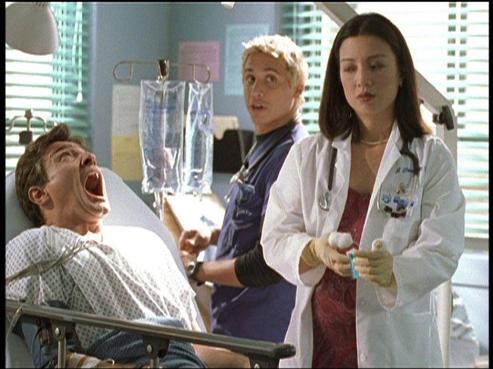 Dr. Malucci (Erik Palladino, M.) will Dr. Chen (Ming-Na, r.) während einer Behandlung den Namen des Vaters ihres ungeborenen Kindes entlocken. - Bildquelle: TM+  2000 WARNER BROS.
