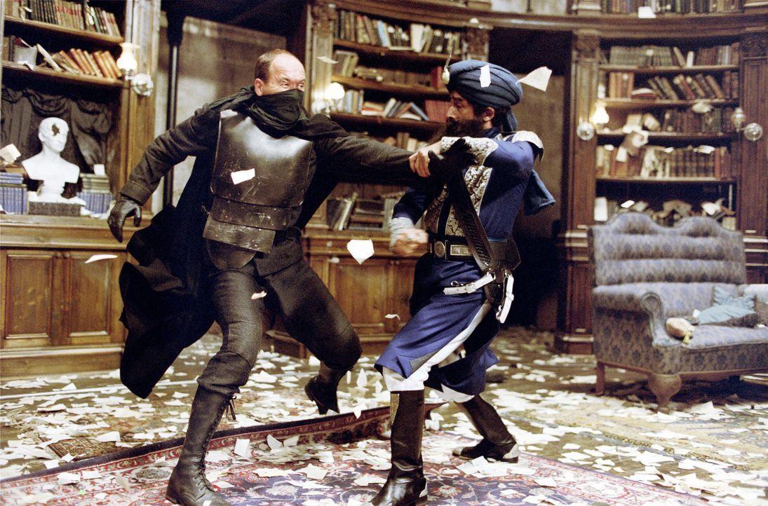 Der legendäre Captain Nemo (Naseeruddin Shah, r.) im Kampf mit einem ebenbürtigen Gegner ... - Bildquelle: 20th Century Fox International