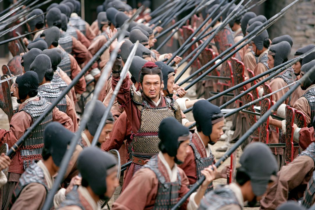 Der General der Armee des südlichen Königreiches, Gan Xing (Shido Nakamura), bereitet seine Truppen auf den bevorstehenden Kampf vor. - Bildquelle: Constantin Film Verleih GmbH