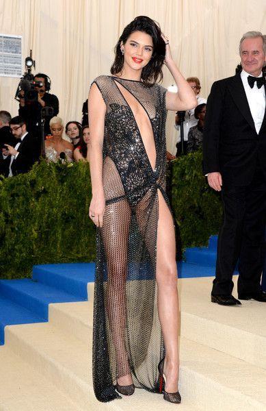 Bild: dpaAuch Kendall Jenner zeigt was sie hat. Die 21-Jährige trug ein Gewa...