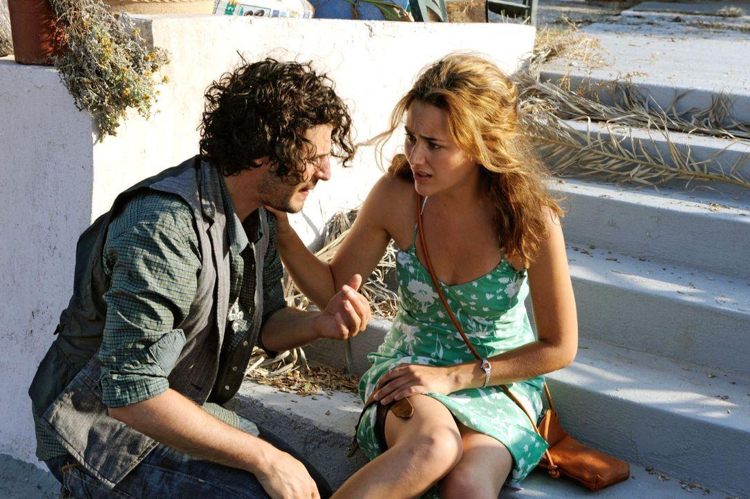 Als Vanessa (Alissa Jung, r.) glaubt, von einer Schlange gebissen worden zu sein, kümmert sich Janis (Manuel Cortez, l.) liebevoll um sie ... - Bildquelle: Hardy Brackmann Sat.1