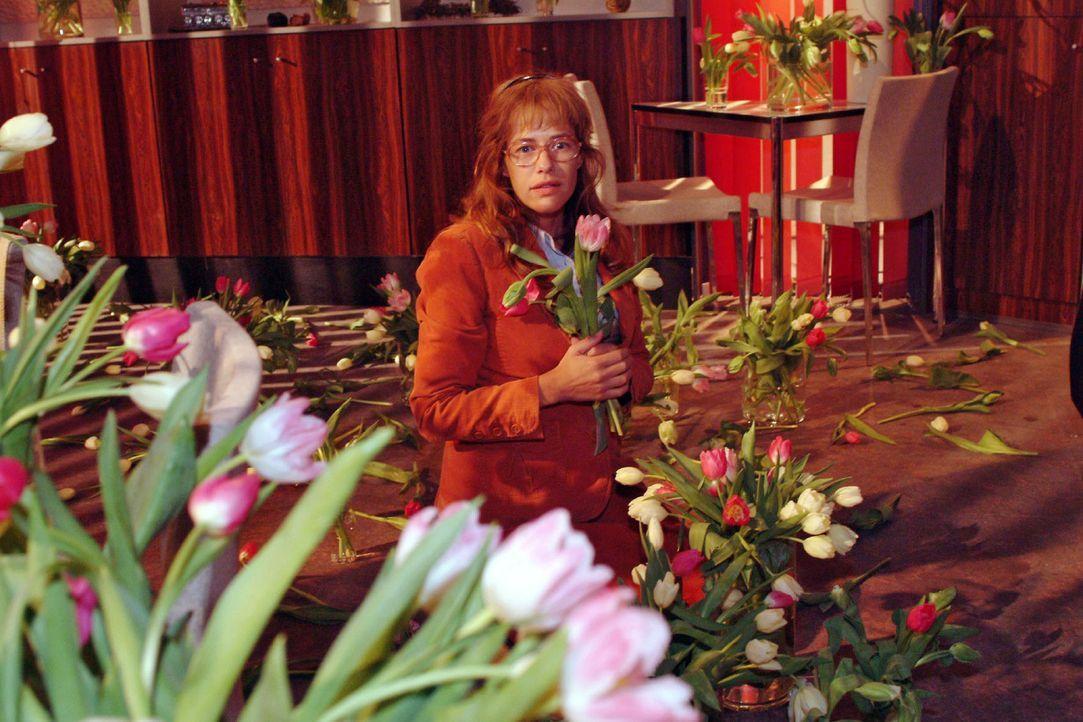 Lisa (Alexandra Neldel) im Blumenmeer, das David ihr beschert hat. (Dieses Foto von Alexandra Neldel darf nur in Zusammenhang mit der Berichterstatt... - Bildquelle: Sat.1