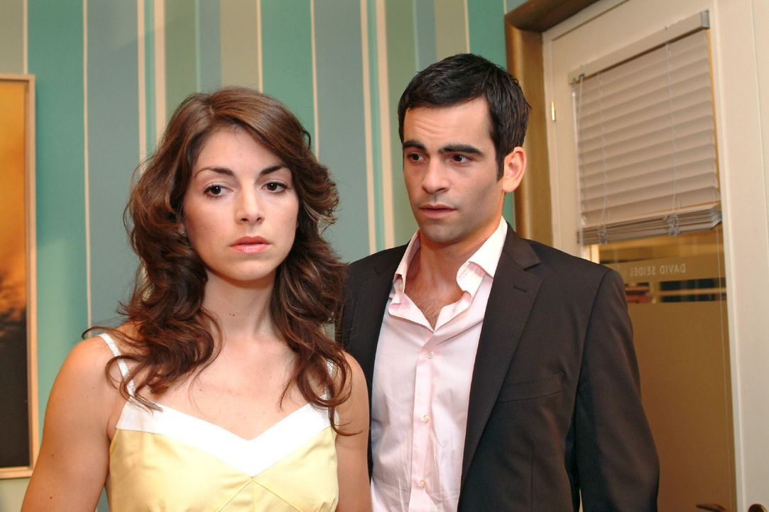 Mariella (Bianca Hein, l.) ist es leid, dass David (Mathis Künzler, r.) ihr ständig ausweicht - und fordert ihn auf, ihr gegenüber ehrlich zu sein. - Bildquelle: Monika Schürle Sat.1