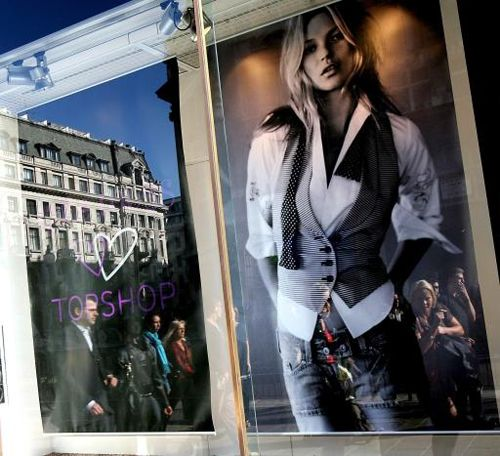 Kate Moss im Schaufenster zum Start ihrer ersten Mode-Kollektion - Bildquelle: dpa