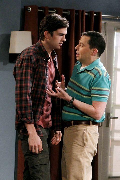 Alan (Jon Cryer, r.) merkt, dass nicht er Waldens (Ashton Kutcher, l.) bester Freund ist, sondern Billy, und dass er keinen besten Freund auf der We... - Bildquelle: Warner Brothers Entertainment Inc.