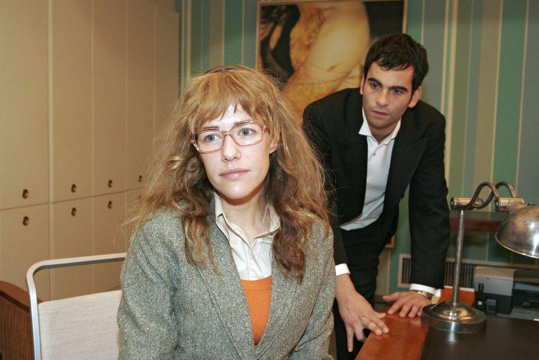 """Lisa (Alexandra Neldel, l.) versucht David (Mathis Künzler, r.) - obwohl es ihr schwer fällt - immer wieder für eine Aussprache mit Mariella aufzubauen. (Dieses Foto von Alexandra Neldel darf nur in Zusammenhang mit der Berichterstattung über die Serie """"Verliebt in Berlin"""" veröffentlicht und verbreitet werden.)"""