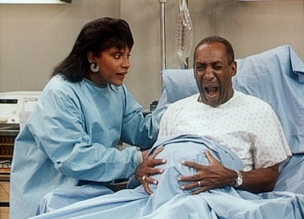 Clair (Phylicia Rashad, l.) wacht am Krankenbett, als Cliff (Bill Cosby, r.) vor lauter Schmerzen schreit, weil die Geburt unmittelbar bevorsteht. - Bildquelle: Viacom