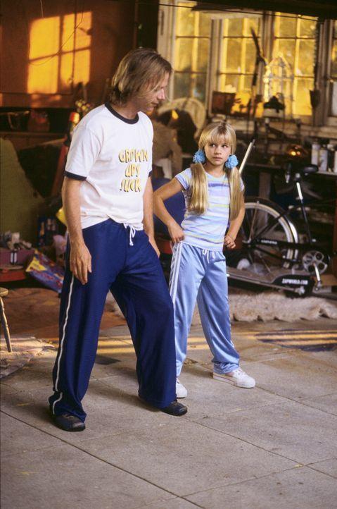 """In den ersten Tagen kann Sally (Jenna Boyd, r.) ihren """"Adoptivbruder"""" Dickie (David Spade, l.) nicht ausstehen, bis er das Baumhaus in eine Disko ve... - Bildquelle: Mark Fellman Paramount Pictures"""