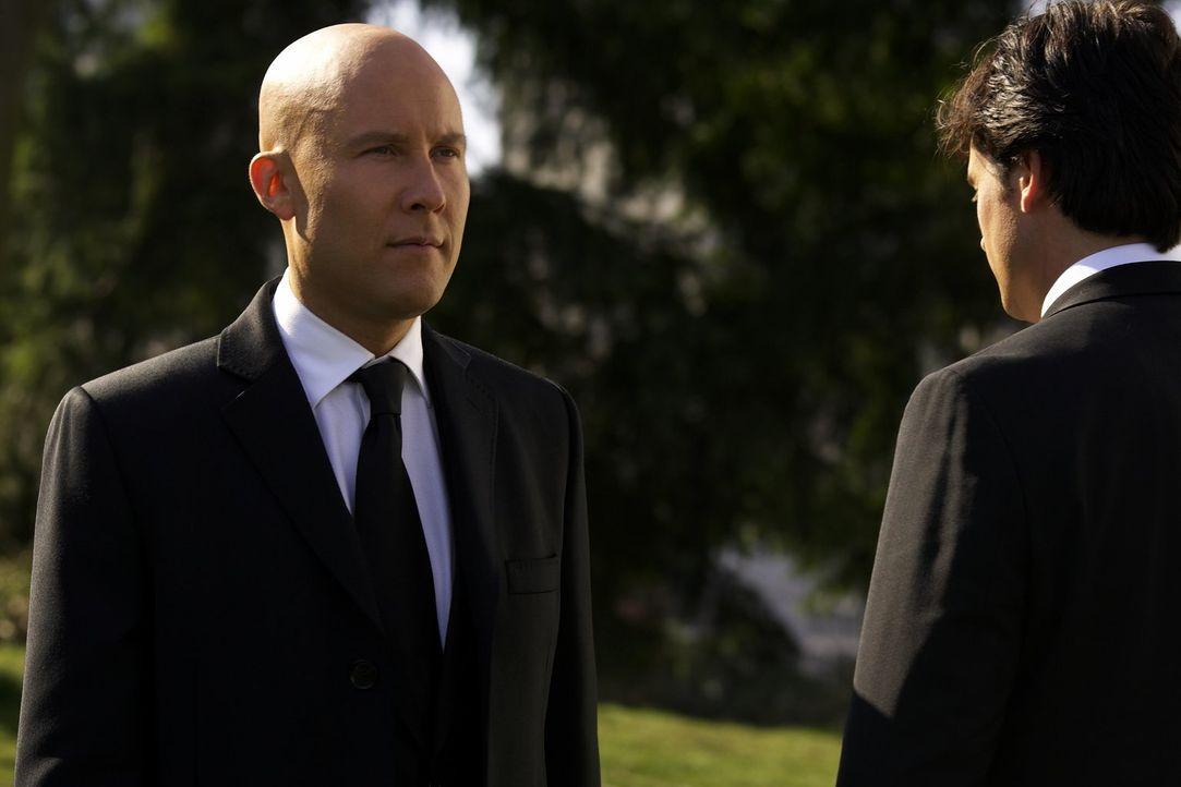 Nicht einmal auf der Beerdigung seines Vaters kann Lex (Michael Rosenbaum, l.) die Streitereien mit Clark (Tom Welling, r.) lassen ... - Bildquelle: Warner Bros.