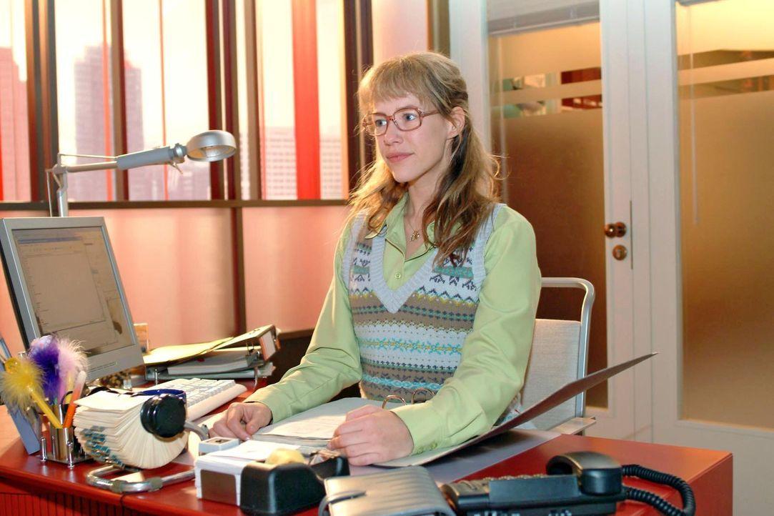 Wer hätte das gedacht: Lisa Plenske (Alexandra Neldel) ist nun Geschäftsführerin einer Scheinfirma. (Dieses Foto von Alexandra Neldel darf nur in Zu... - Bildquelle: Monika Schürle Sat.1