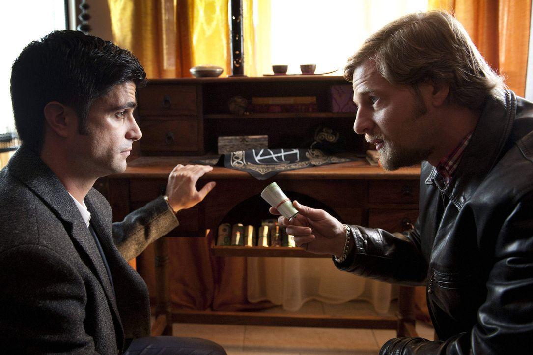 Wie kommt eine Wahrsagerin an soviel Geld? Mick (Henning Baum, r.) und Andreas (Maximilian Grill, l.) ... - Bildquelle: SAT.1