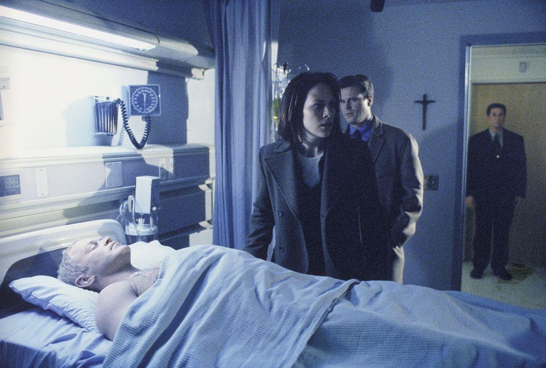 Reyes (Annabeth Gish, M.) gelingt es, den Gesundheitszustand des Agenten Comer mit Hilfe eines außerirdischen Metallstücks zu verbessern. - Bildquelle: TM +   Twentieth Century Fox Film Corporation. All Rights Reserved.