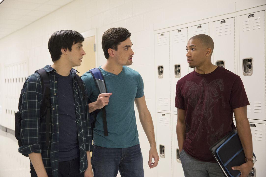Als ein Mitschüler (Matthew Withers, r.) Ty (Gideon Glick, l.) und Carter (Alex Biglane, M.)  darauf hinweist, dass die Polizei nach weiteren Mitgli... - Bildquelle: 2014 ABC Studios