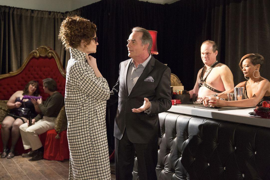 Adrian (Tom Irwin, 2.v.l.) versucht ,Evelyn (Rebecca Wisocky, l.) mit einem Besuch in einem besonderen Etablissement, für seine Vorlieben zu begeist... - Bildquelle: Bob Mahoney 2015 American Broadcasting Companies, Inc. All rights reserved.