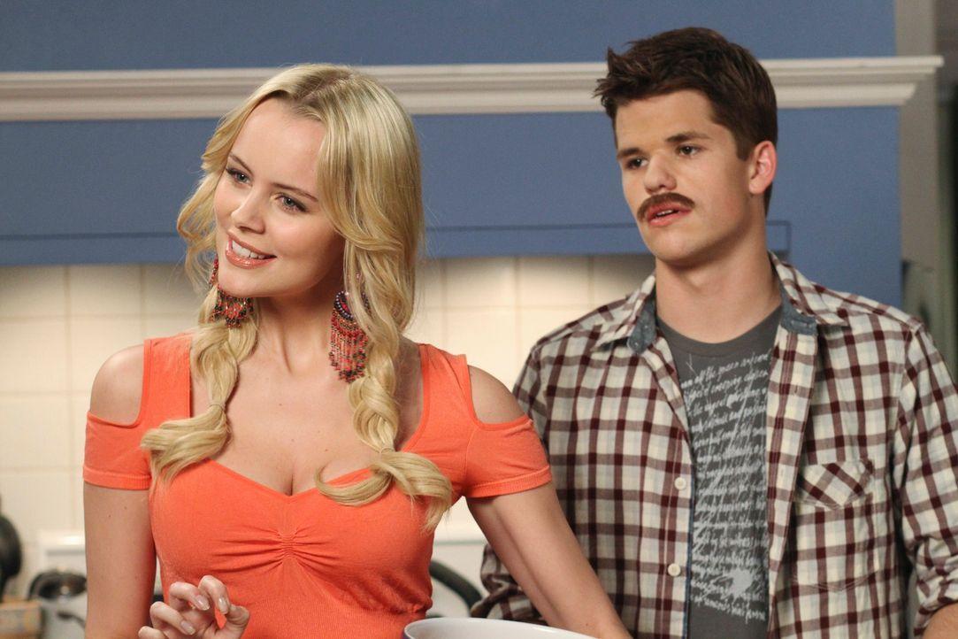 Preston (Max Carver, r.) hat eine Überraschung für seine Eltern bereit: er hat beschlossen, zusammen mit Irina (Helena Mattsson, l.) in eine eigene... - Bildquelle: ABC Studios