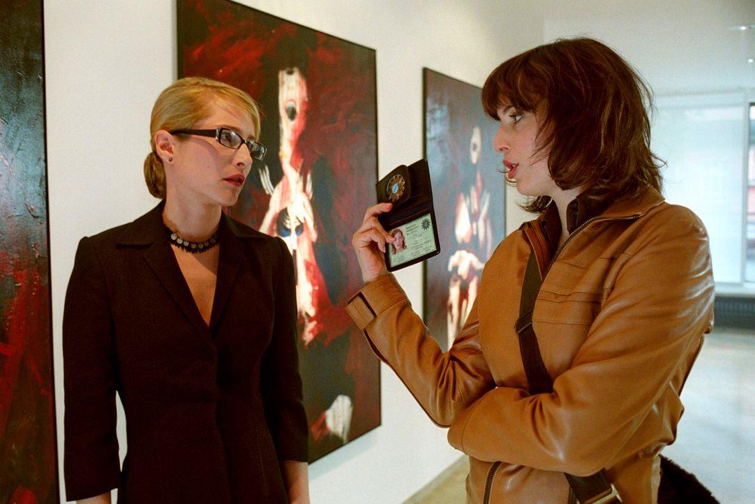 Nina (Elena Uhlig, r.) befragt Harnsdorfs Galeristin Doris Devereux (Florentine Lahme, l.). In zwei Tagen findet in deren Galerie die Ausstellungser... - Bildquelle: Christian A. Rieger Sat.1