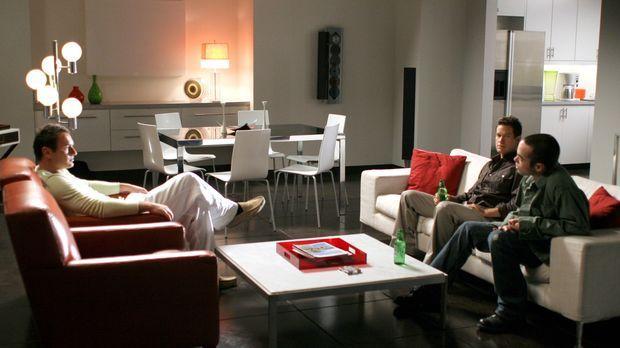 Christian (Julian McMahon, l.) möchte Sean (Dylan Walsh, M.) und Matt (John H...