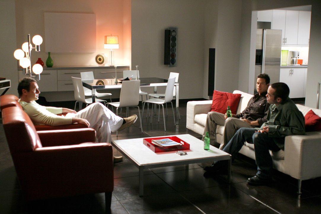 Christian (Julian McMahon, l.) möchte Sean (Dylan Walsh, M.) und Matt (John Hensley, r.) als Trauzeugen haben ... - Bildquelle: TM and   2005 Warner Bros. Entertainment Inc. All Rights Reserved.