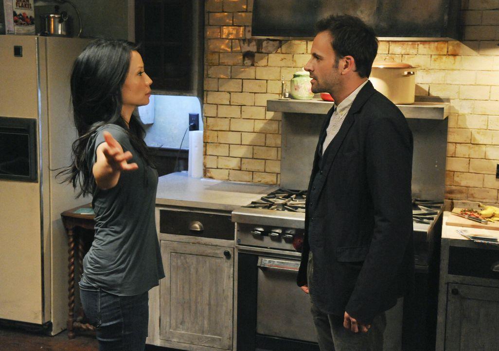 Holmes (Jonny Lee Miller, l.) lässt Watson (Lucy Liu, l.) zu Hause zurück, als er zu einem Fall aufbricht, weil sie mit ihren Nachforschungen in sei... - Bildquelle: CBS Television
